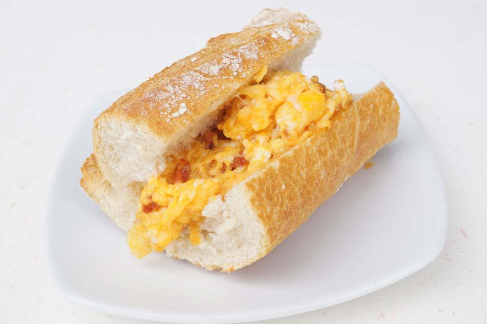 Mini-sandwich aux œufs brouillés et chorizo